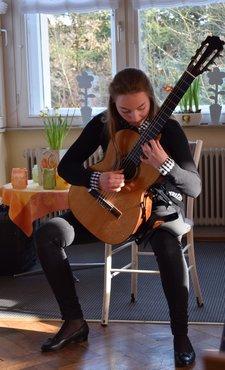 Pia Sabeth Rossow reist mit ihrer Gitarre durch die Zeit